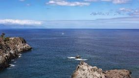 Lungo la riva rocciosa di Los Gigantos la barca a vela naviga con bianco Fotografie Stock Libere da Diritti