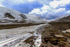 Lungo la strada al passaggio della La di Khardung in Ladakh, l'India La La di Khardung è a Immagini Stock