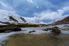 Lungo la strada al passaggio della La di Khardung in Ladakh, l'India La La di Khardung è a Immagine Stock Libera da Diritti