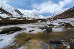 Lungo la strada al passaggio della La di Khardung in Ladakh, l'India La La di Khardung è a Immagine Stock