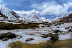 Lungo la strada al passaggio della La di Khardung in Ladakh, l'India La La di Khardung è un passaggio di alta montagna situato ne Fotografie Stock