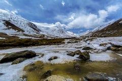 Lungo la strada al passaggio della La di Khardung in Ladakh, l'India La La di Khardung è un passaggio di alta montagna situato ne Immagine Stock Libera da Diritti