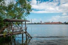 Lungofiume del Chao Phraya a Bangkok, Tailandia fotografia stock libera da diritti