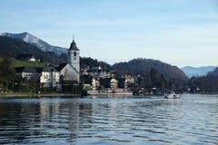 Lungomare del villaggio della st Wolfgang nel lago Wolfgangsee in Austria Fotografie Stock Libere da Diritti