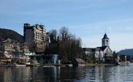 Lungomare del villaggio della st Wolfgang nel lago Wolfgangsee in Austria Immagini Stock Libere da Diritti