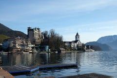 Lungomare del villaggio della st Wolfgang nel lago Wolfgangsee in Austria Immagini Stock