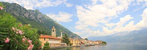 Lungomare del villaggio di gargnano e del lago di polizia, Italia Immagine Stock