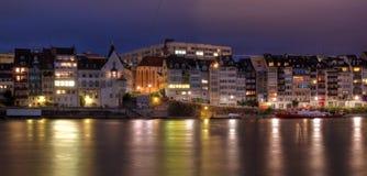 Lungomare di Basilea sul fiume di Reno, Svizzera Fotografia Stock