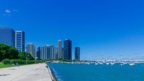 Lungomare di Chicago, U.S.A., con il lago Michigan ed i grattacieli di Chicago del centro immagine stock