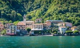 Lungomare di Lezzeno come visto dal traghetto, lago Como, Lombardia, Italia fotografia stock
