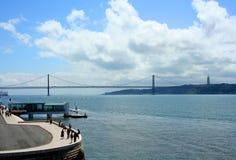 Lungomare di Lisbona al Tago del fiume Immagini Stock