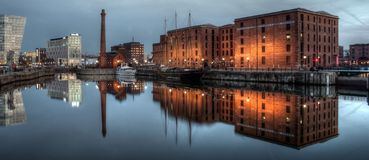 Lungomare di Liverpool con le riflessioni Fotografia Stock