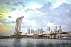 Lungomare di Singapore con architettura moderna ed il cielo drammatico Immagini Stock