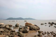 Lungomare di Zhuhai City Road allineato con gli amanti della roccia Immagini Stock Libere da Diritti
