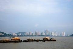 Lungomare di Zhuhai City Road allineato con gli amanti della roccia Fotografie Stock Libere da Diritti