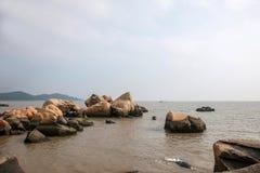 Lungomare di Zhuhai City Road allineato con gli amanti della roccia Immagine Stock