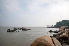 Lungomare di Zhuhai City Road allineato con gli amanti della roccia Immagini Stock