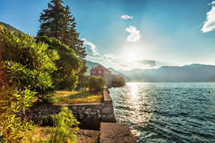 Lungonmare con il mare e la montagna Fotografia Stock Libera da Diritti