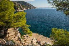 Lungonmare e la spiaggia vicino alla città di Scala, isola di Agistri, Gre Fotografie Stock