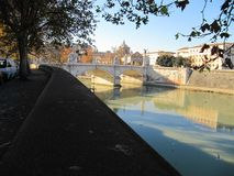 Lungotevere och en av dess broar royaltyfria bilder