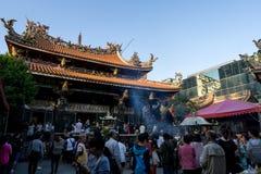 Lungshan świątyni tłumy w Taipei obrazy royalty free