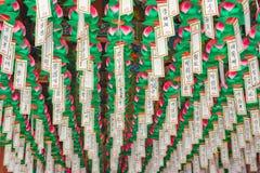 Lungta, desiderio rituale inbandiera l'attaccatura dentro del tempio buddista immagini stock libere da diritti