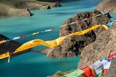 Lungta ovanför berg sjöHimalayas Tibet Arkivfoto