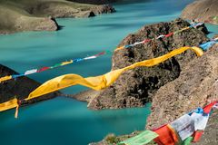 Lungta sobre Himalaya Tíbet del lago mountain Imagen de archivo