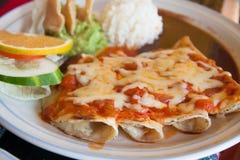 Enchiladas mit Käse und Tomate Stockbild