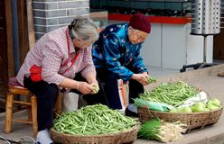 Luo Dai, Cina: Donne che vendono le verdure Fotografie Stock Libere da Diritti