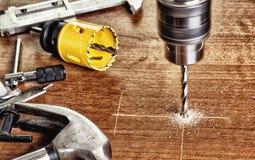Luoghi di perforazione facendo uso dell'strumenti elettrici manuali Fotografia Stock Libera da Diritti