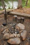 Luogo del falò dell'accampamento. fotografia stock libera da diritti