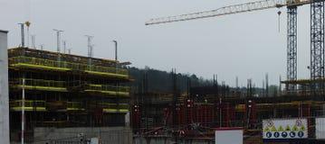 Luogo della costruzione di edifici con la gru immagini stock libere da diritti