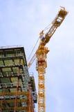 Luogo della costruzione di edifici con la gru Immagine Stock