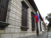 Luogo di nascita Caracas Venezuela della casa di Simon Bolivar e bandiera del Venezuela Fotografia Stock