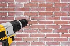 Luogo di perforazione ricaricabile e senza cordone giallo del trapano nel Bric Fotografie Stock Libere da Diritti