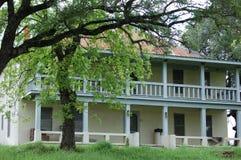Luogo di residenza di stile del sud lungo una strada campestre Fotografia Stock