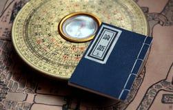 Luopan und altes Buch Stockbild