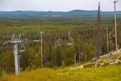 Luosto Finlandia, narciarscy dźwignięcia na letnim dniu zdjęcie royalty free
