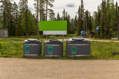 Luosto Finlandia, ricicla i recipienti dal lato di un parcheggio fotografie stock libere da diritti