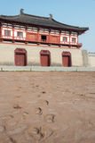 LUOYANG, CHINA - 18. NOVEMBER 2014: Straße bleibt äußeres Dingding GA Stockbild
