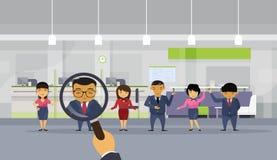 Lupa da posse da mão da hora que escolhe o candidato dos povos de From Asian Business do homem de negócios para a posição da vaga ilustração royalty free