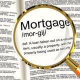 Lupa de la definición de la hipoteca que muestra la propiedad o Real Estate Lo Imágenes de archivo libres de regalías