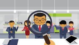 Lupa del control de la mano del reclutamiento que elige al candidato del grupo de la gente de From Asian Business del hombre de n Foto de archivo libre de regalías