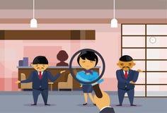 Lupa del control de la mano del reclutamiento que elige a los hombres de negocios asiáticos de From Group Of de la empresaria que Foto de archivo