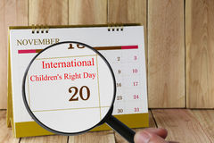 Lupa a disposición en calendario que usted puede parecer internacional Imagenes de archivo