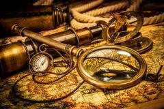 A lupa do vintage encontra-se em um mapa do mundo antigo Fotografia de Stock Royalty Free