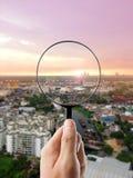Lupa e arquitetura da cidade no foco Foto de Stock