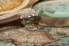 Lupa e mapa Imagem de Stock Royalty Free