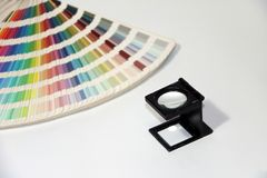 A lupa e o arco-íris do quadrado preto provam o catálogo da paleta de cores foto de stock